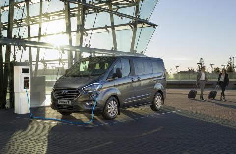 Všestranný velkoprostorový Ford Tourneo Custom se představuje s plug-in hybridním pohonem