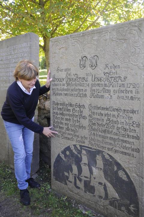"""""""Ein Grabstein ist ein besonderes Schmuckstück"""", sagt Susanne Zingel und zeigt auf die Grabplatte von Inken und Uwe Peters."""