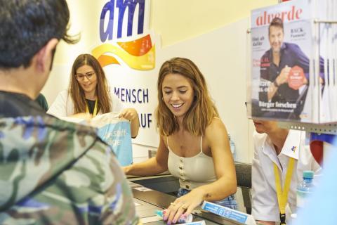 Große Spendenaktion mit Vanessa Mai im dm-Markt in Stuttgart