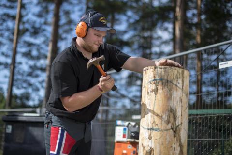 Vebjørn Bleka Sønsteby forbereder tømmerstokken før konkurranse.