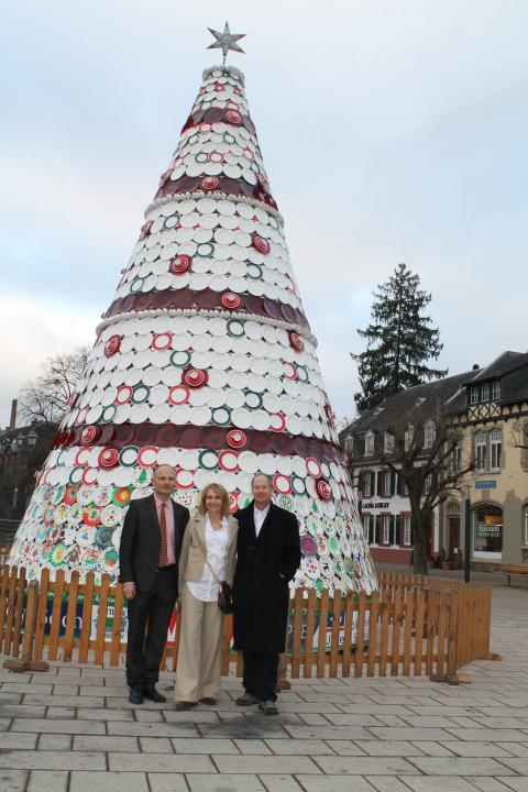 Michel von Boch shows the Ambassador Emerson and his wife the ceramic Christmas tree in Mettlach.