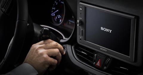 Viaja de manera inteligente y segura, concentrado en la carretera, con los nuevos receptores de medios para coche de Sony: XAV-AX8050D y XAV-1500