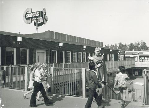 Kapten Zoom (Anders Linder) utanför Skogåsbibliotek. 1970-tal
