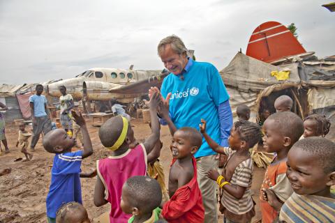 Norwegianin toimitusjohtaja Bjørn Kjos lasten kanssa Banguissa.