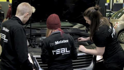 Elever från fordonsutbildningen ProMeister Fordon på Realgymnasiet