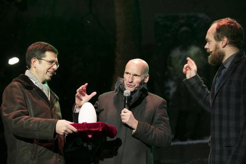 Næringsbyråd Geir Lippestad tenner lysene med sine magiske hender flankert av Tore Olaf Rimmereid til venstre og konferansier Jon Niklas Rønning til høyre.