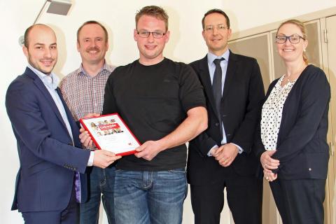 Frederik Wecker von der DKMS überreicht Knochenmarkspender Johannes Bauer vom Bayernwerk die Urkunde.