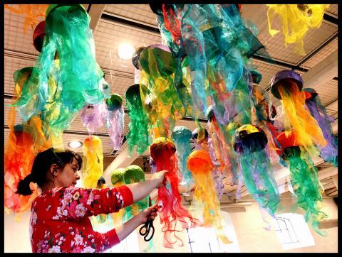 Bildläraren Marie Wetterstrand från Valdemarsro gymnasium hänger årets elevutställning på Katrinetorp Landeri