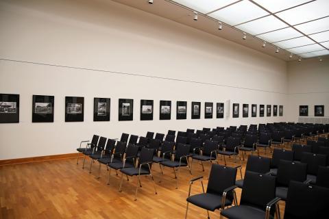 """Leipziger Stadtbibliothek: Blick in die Ausstellung """"Reporter auf drei Rädern"""""""
