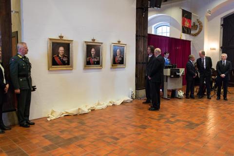H.M Kong Harald inspiserer de nye kongeportrettene