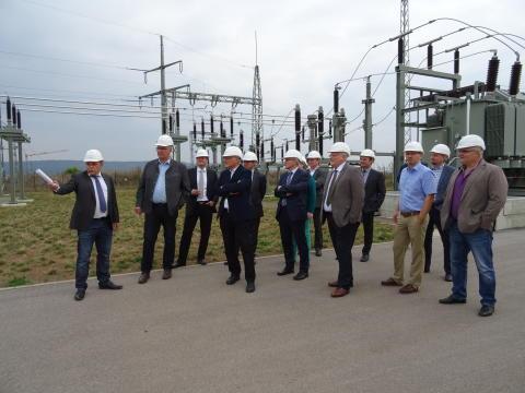 Stefan Gröger vom Bayernwerk (links) erläuterte den anwesenden Kommunalpolitikern die Technik des Umspannwerks Hofheim.