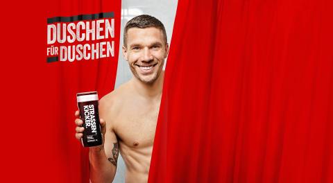 Lukas Podolski und dm-drogerie markt sanieren Vereinsduschen