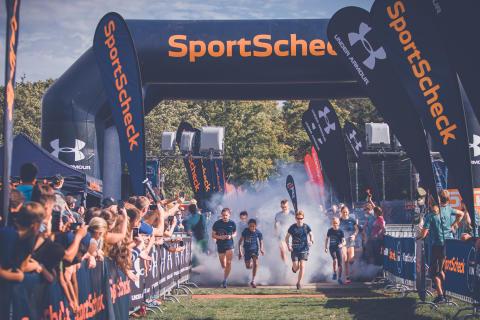 Von Anfang an feuerte das Publikum die Läufer an.