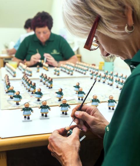 Kunst kommt von Können: Bemalen der Blumenkinder- Figuren