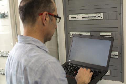 Forenkler test og idriftsetting av digitale tavler