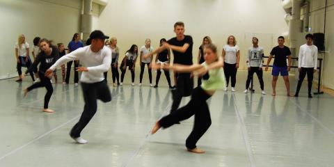Unga skapar dansföreställning och åker på turné i länet