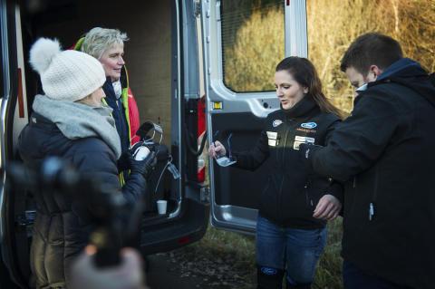 Racerfører Molly Pettit ikler seg Fords promillesimulerinsdrakt før promilleduellen med Samferdselsminister Ketil Solvik-Olsen