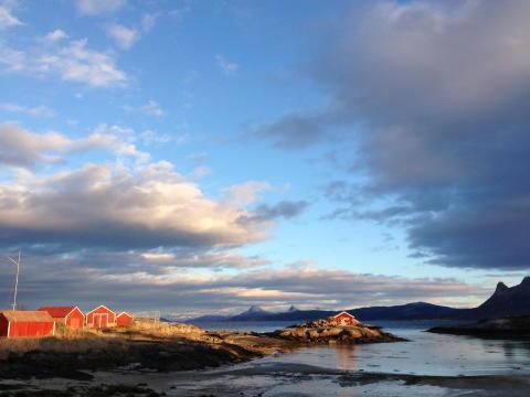 """Die nord-norwegische Küstenlandschaft ist die Kulisse für Roy Jacobsens Roman """"Die Unsichtbaren. Eine Insel-Saga""""."""