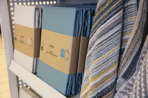 Neue Umverpackung mit Papierstreifen