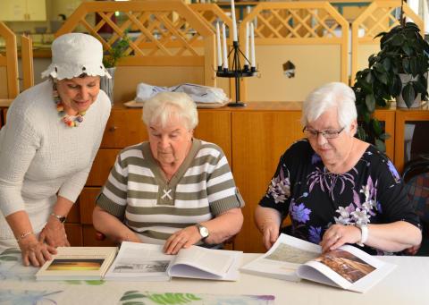 Skolor och äldreboenden får jubileumsbok