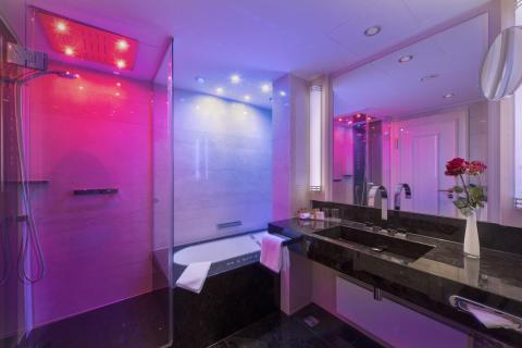 Farbiges Lichtspiel in den neuen Bädern im Maritim Hotel Bremen.