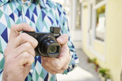Nowe, lekkie aparaty kompaktowe Sony z dużym zoomem i zaawansowanymi możliwościami — idealne do zabrania w podróż