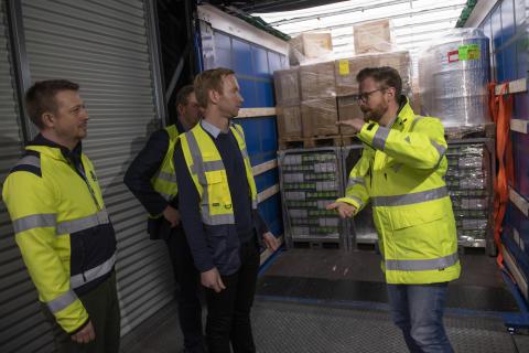 Transportminister Benny Engelbrecht får demonstreret dobbeltstabling af pallegods som klimaløsning i transportbranchen.
