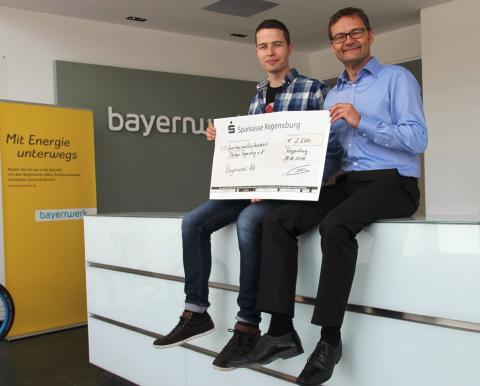 Max Rieder (links) vom Verein Parkour Regensburg und Reimund Gotzel, Vorstandsvorsitzender der Bayernwerk AG, freuen sich über die Partnerschaft.