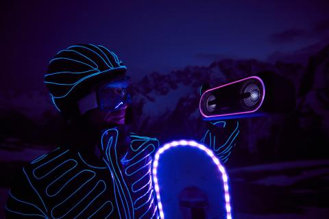 Le luci strobo e i bassi potenti degli speaker wireless XB40 Extra Bass, due snowborder professionisti, la chiusura ufficiale delle piste da sci