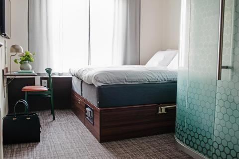 Rumsbild från systerhotellet and hotel i Stockholm