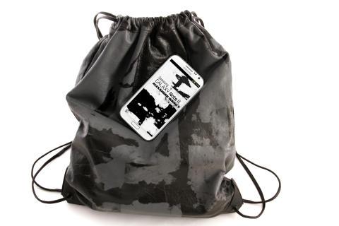 Alexander Wang har i samarbejde med Samsung designet en gym sack i blødt lammeskind
