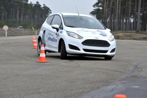 Ford med minibil som kan kjøres sideveis for å parkere