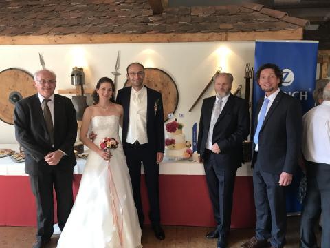 Zurich gratuliert Neukunden mit Hochzeitstorte