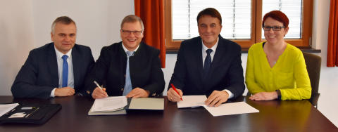 Bürgermeister Konrad Schikaneder (zweiter von links) und Martin Hanner vom Bayernwerk (dritter von links) unterzeichneten im Besein von Kommunalbetreuer Stephan Leibl und Geschäftsleiterin Pamela Meier den Konzessionsvertrag.