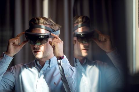 MIXED REALITY: Hololense-teknologi gjør det mulig å se byggverk på planlagt tomt, før byggestart. Foto: Sopra Steria