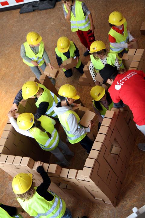 Kinder bauen in München Wohnhäuser, Straßen und Schulen