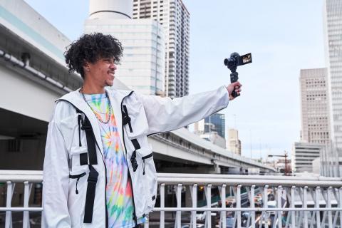 Sony extinde gama de soluții pentru vlogging și lansează noua cameră ZV-1 dedicată vloggerilor, dar și o nouă cameră video compactă Handycam® 4K FDR-AX43