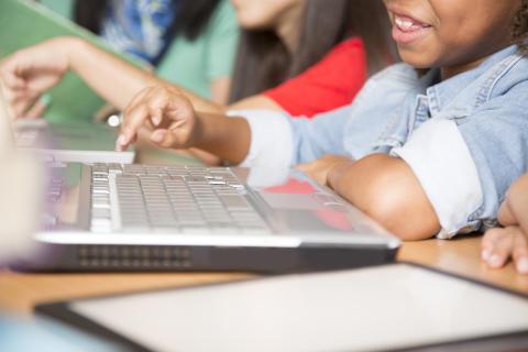 Prosty sposób na zlikwidowanie przepaści szerokopasmowej między europejskimi szkołami