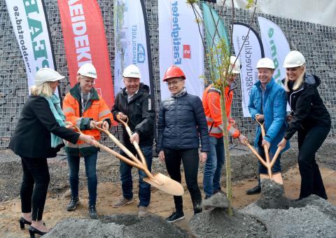 Första spadtaget i nya bostadsområdet Sisjödal