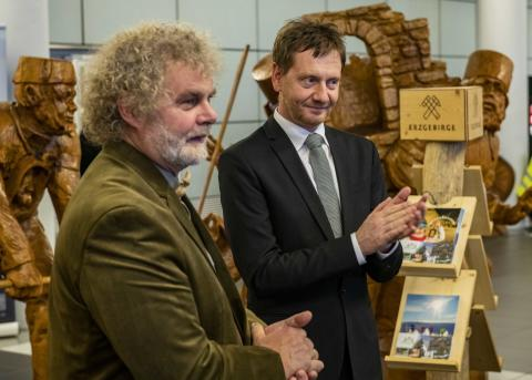 Andreas Martin ( Erschaffer des Walderlebnisdorfes Blockhausen) und Ministerpräsent Michael Kretschmer