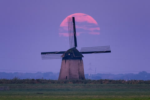 Image of the supermoon from Benelux  by Albert Dros made possible by the pin-sharp resolution and defocusing capabilities of Sony's 70-200 G Master lens_von Sony_04