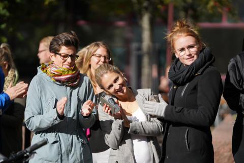 Många glada Sector Alarm anställda samlades utanför Sector Alarms kontor i Göteborg för att fira framgången.