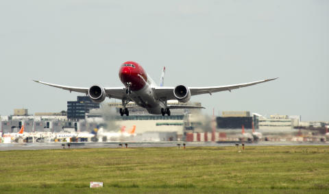Dreamliner take off at London Gatwick