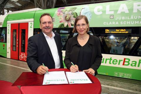 Michael Hecht (Geschäftsführer der Erfurter Bahn GmbH) und Dr. Skadi Jennicke (Bürgermeisterin und Beigeordnete für Kultur der Stadt Leipzig sowie Schirmherrin von CLARA19) unterzeichnen den Kooperationsvertrag