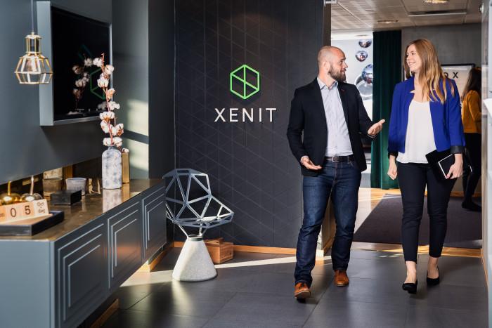 Bild från entrén till Xenits huvudkontor på Kungstorget 7 i Göteborg med medarbetarna Jonas Brammesjö och Stina Perbo.