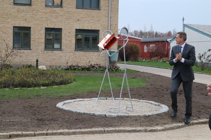 Direktør Thorkild Fogde indviede den egenproducerede skulptur, der viser vej til bogbinderi-værkstedet.