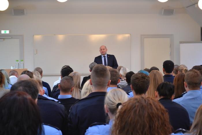 Justitsminister Søren Pape Poulsen holder tale for de kommende fængselsbetjente.