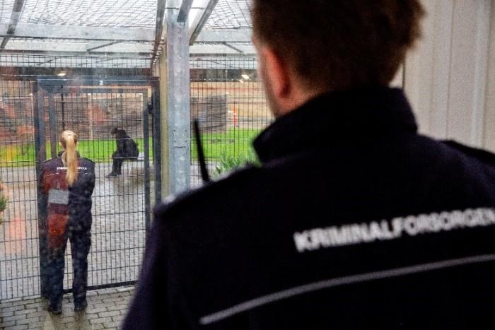 Kriminalforsorgen skærper COVID 19-restriktioner og indkalder igen til afsoning