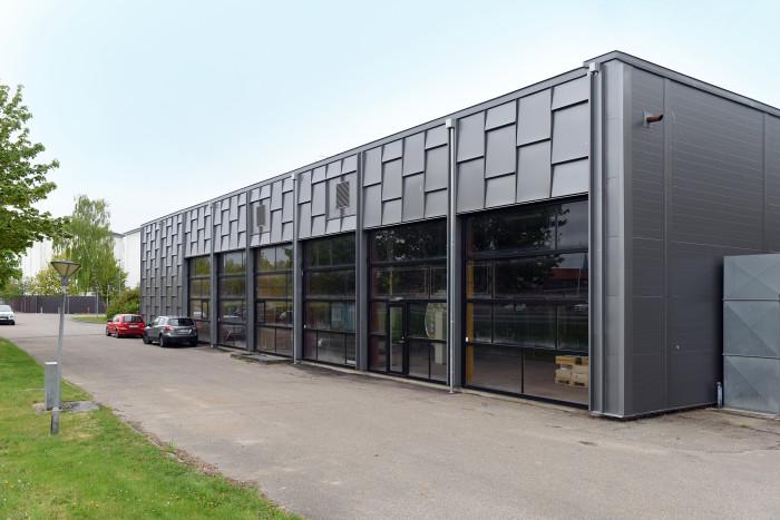 Klinkbelægning i stål anvendes normalt i mindre stykker under vinduer, men på Silkeborg Varmecentral er det anvendt på hele facaden som et bærende element.