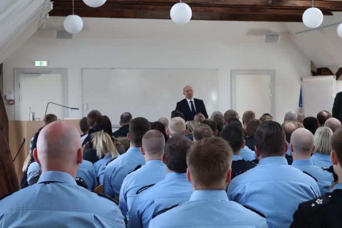 Justitsminister Søren Pape Poulsen bød de nye elever velkommen til kriminalforsorgen.